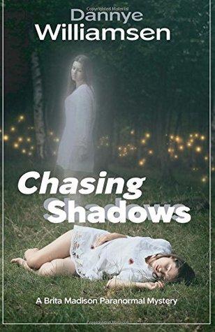 Persiguiendo a las sombras (Brita Madison Paranormal Mysteries # 1)
