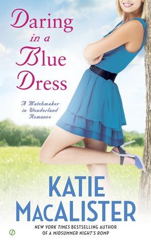 Atrevido en un vestido azul