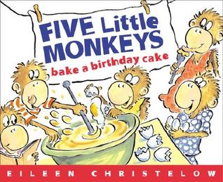 Cinco pequeños monos hornean una torta de cumpleaños